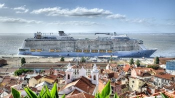 Fuel-Cells-Based System for Minimizing Carbon Footprint and Energy Consumption of Cruise Ships